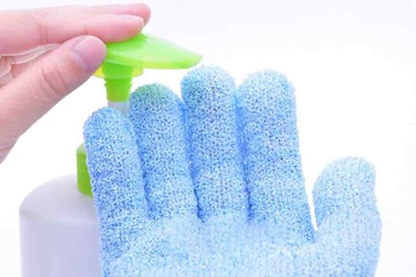 Нанесение мыла на моющую перчатку