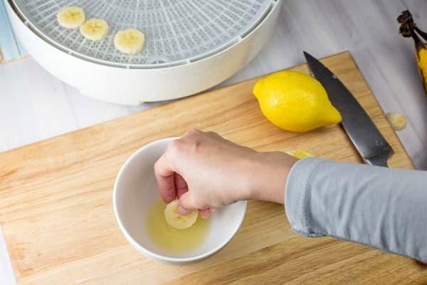 Обработка бананов лимонным соком