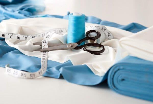 ткань, ножницы и нитки