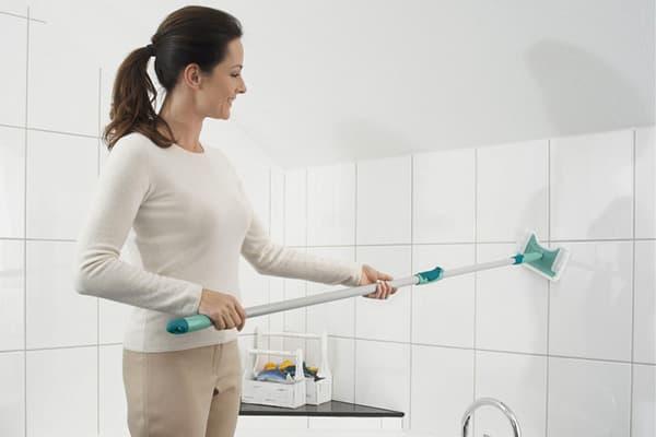 Мытье белой плитки в ванной