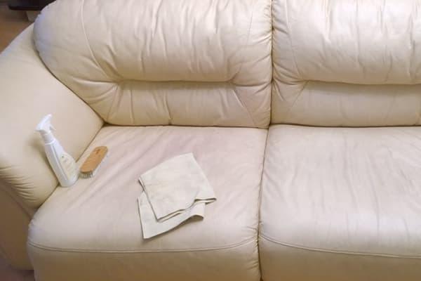 Чистка светлого дивана из кожзама