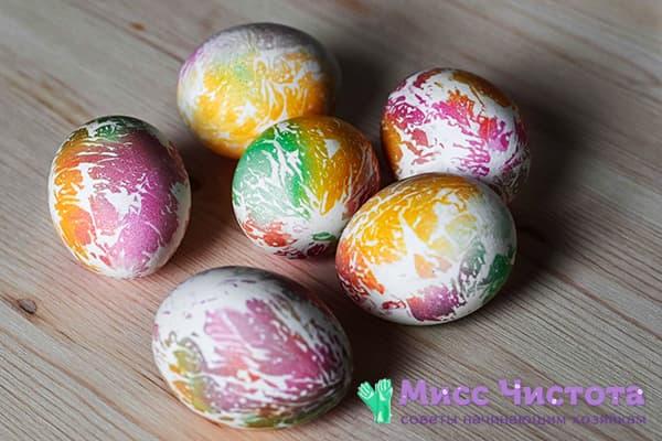 Пасхальные яйца, окрашенные салфетками и пищевыми красителями