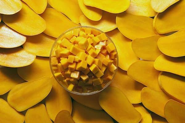 Нарезанные плоды манго