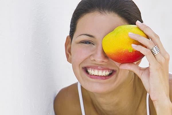 Девушка с плодом манго