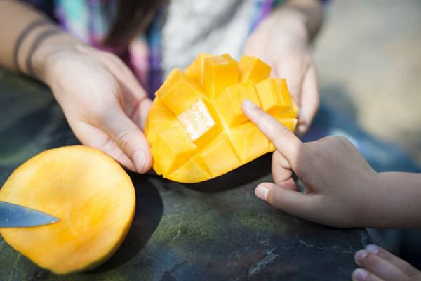 Разрезанный плод манго