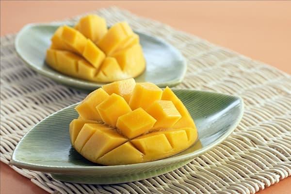 Подача свежего манго