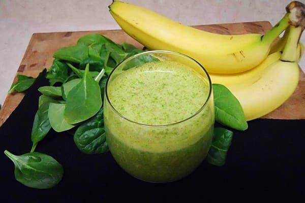 Фруктово-овощной смузи со шпинатом и бананом