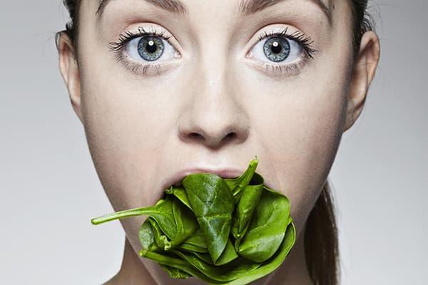 Девушка со шпинатом во рту
