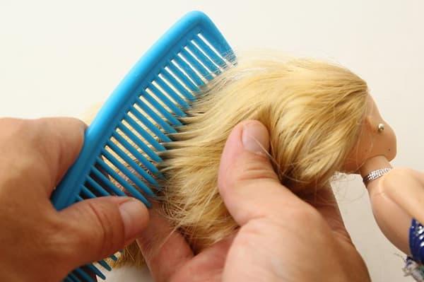 Расчесывание волос кукле