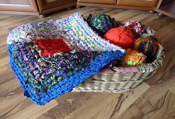 затейливый коврик из ненужных маек