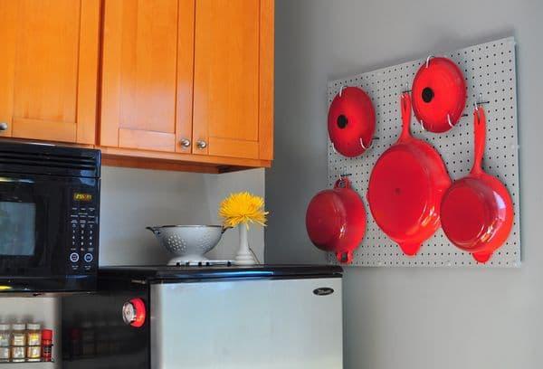 Настенная перфорированная панель для сковородок
