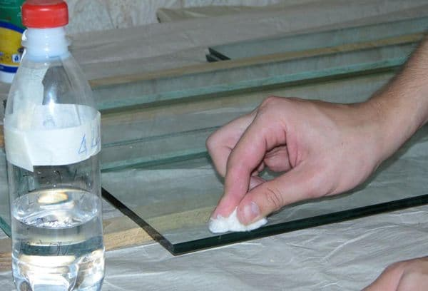 Удаление клея со стекла