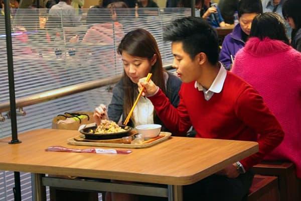 Азиаты едят из одной тарелки