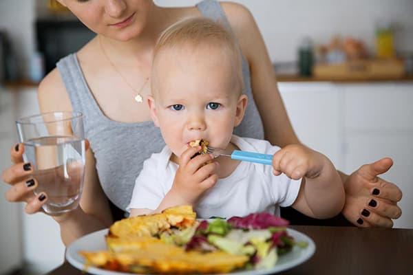 Кормление ребенка из своей тарелки