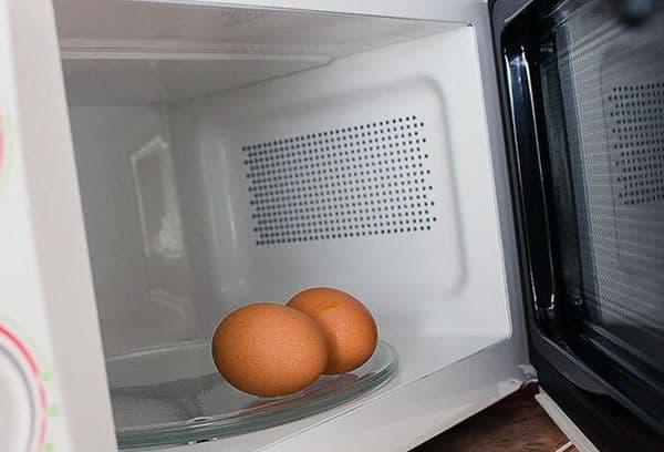 Два яйца в микроволновке