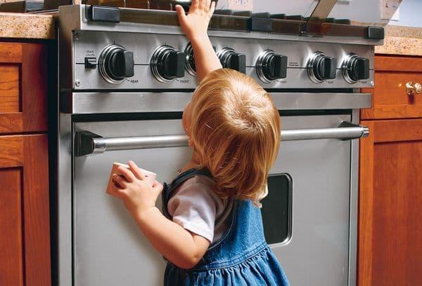 маленькая девочка у плиты