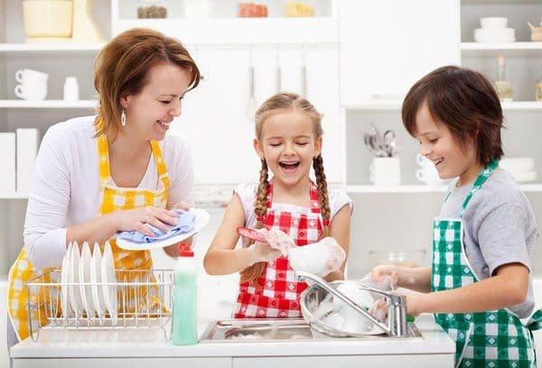 Дети помогают маме на кухне