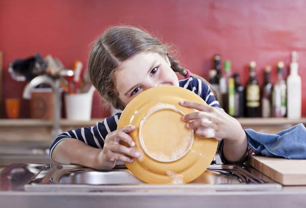 девочка моющая посуду