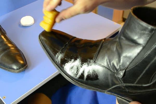 Смазывание обуви касторовым маслом