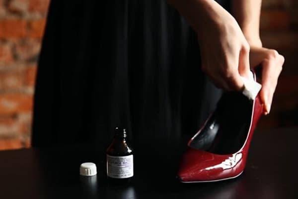 Обработка туфли касторовым маслом