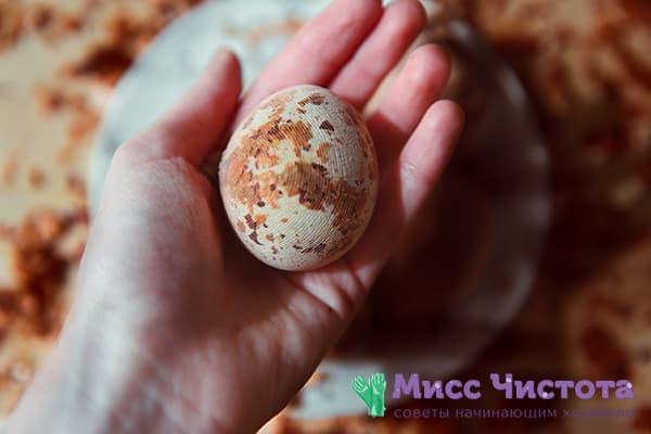 Яйцо в луковой шелухе и марле