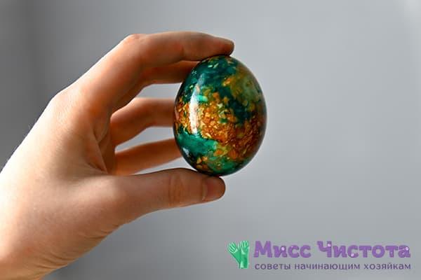 Яйцо, окрашенное зеленкой и луковой шелухой
