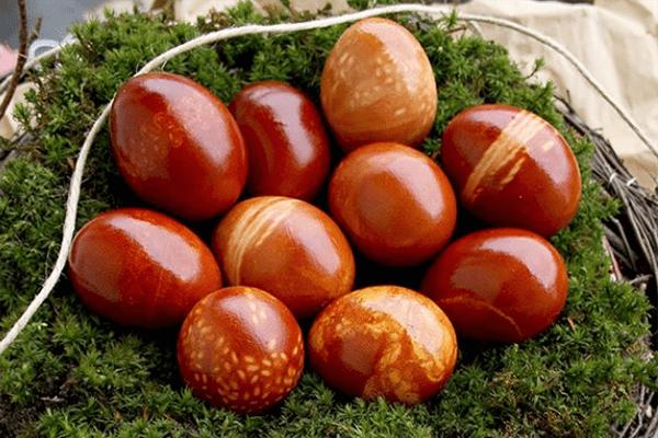 Яйца, окрашенные луковой шелухой с помощью ниток и риса