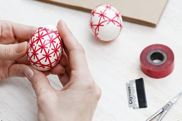 Узор на яйце из изоленты