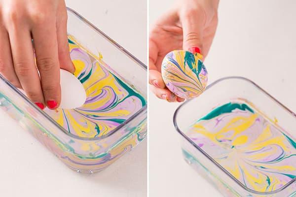 Окрашивание яиц с помощью воды и лака для ногтей