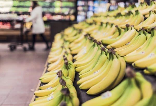 Бананы на витрине