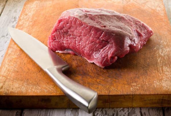 Мясо на разделочной доске