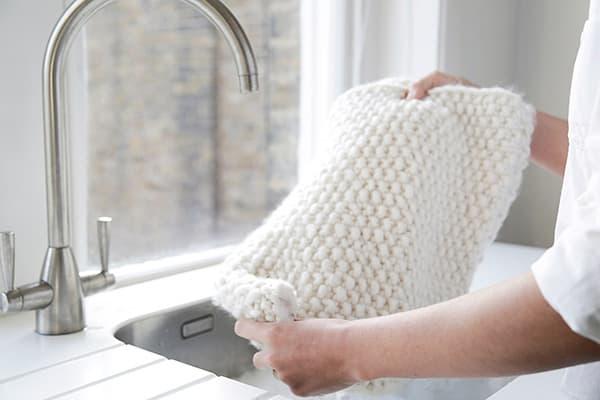 Отбеливание шерстяного свитера вручную