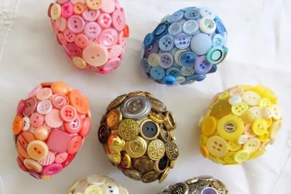 Яйца, украшенные пуговицами