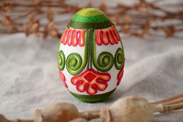 Пасхальное яйцо, украшенное цветными нитками