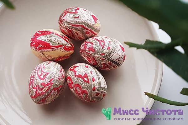 Пасхальные яйца, окрашенные шелковыми лоскутами