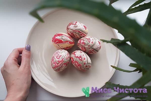 Яйца, окрашенные набивным шелком