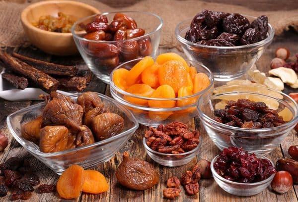 Разные сухофрукты и орешки