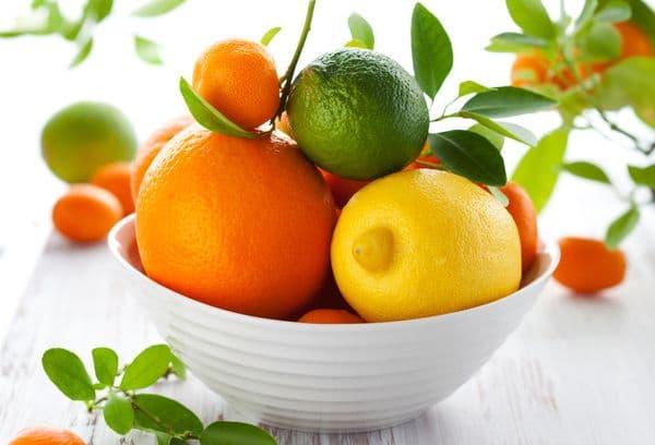 свежие фрукты на тарелке