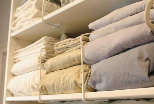 Одеяла и подушки на полках
