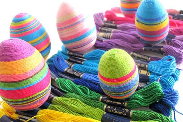 Яйца, обмотанные нитками мулине