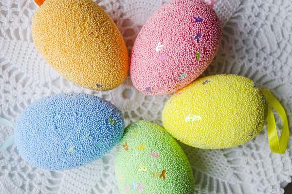 Пасхальные яйца в цветной посыпке