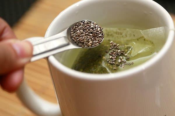 Добавление семян чиа в чай