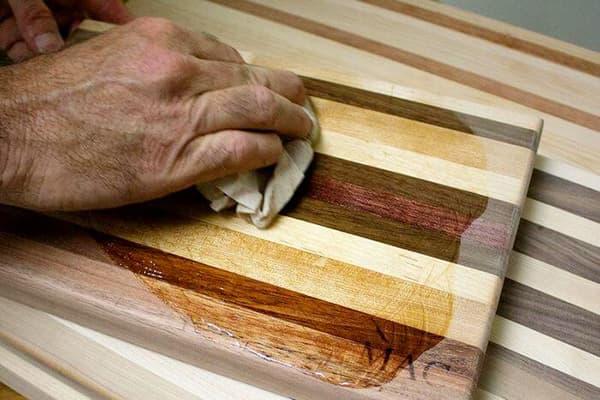Обработка маслом деревянной разделочной доски