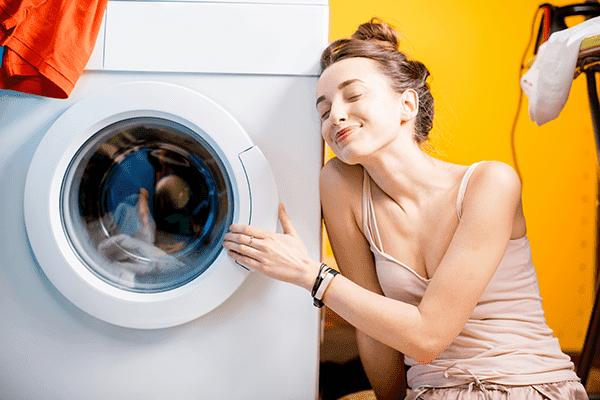 Девушка довольна стиральной машинкой