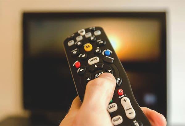 Чем протереть плату пульта от телевизора