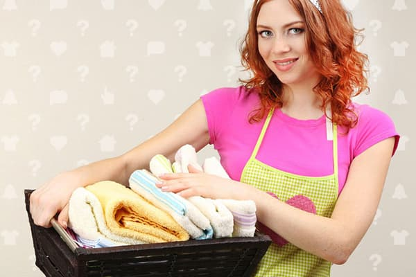 Девушка с корзиной полотенец