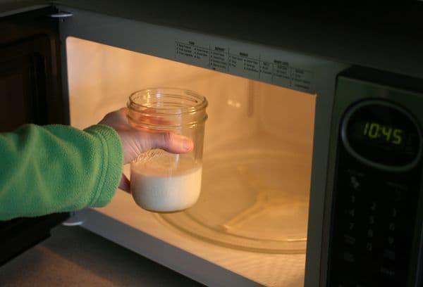 Стакан молока в микроволновке