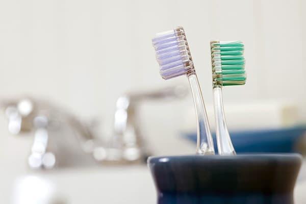 Две зубные щетки в стаканчике