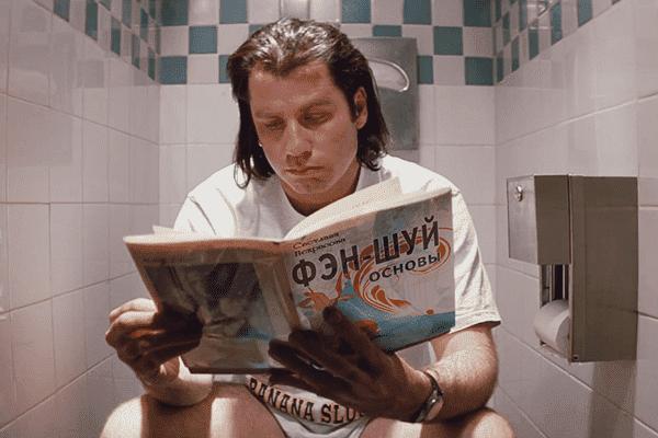 Джон Траволта читает книгу по фэн-шуй