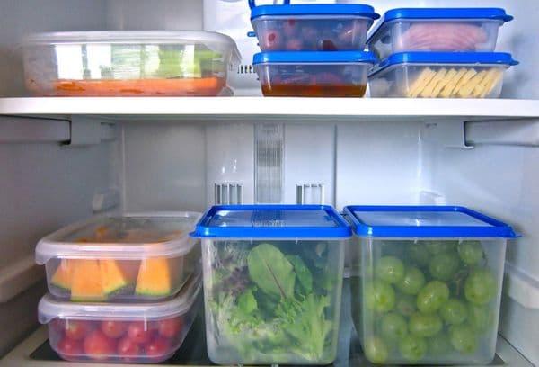 продукты в контейнерах в холодильнике